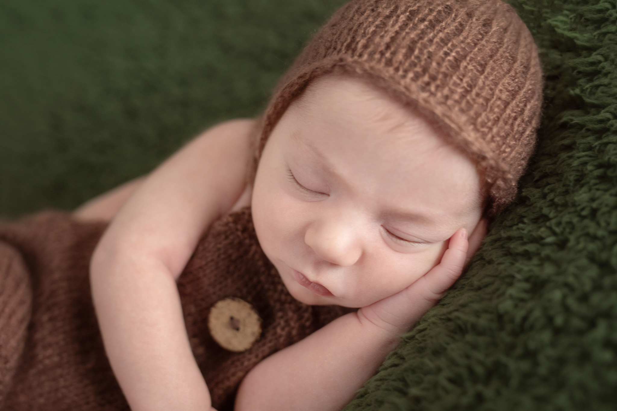 photo artistique bébé nouveau-né lot-et-garonne marmande tonneins virazeil emmailloté vert marron chaud mignon