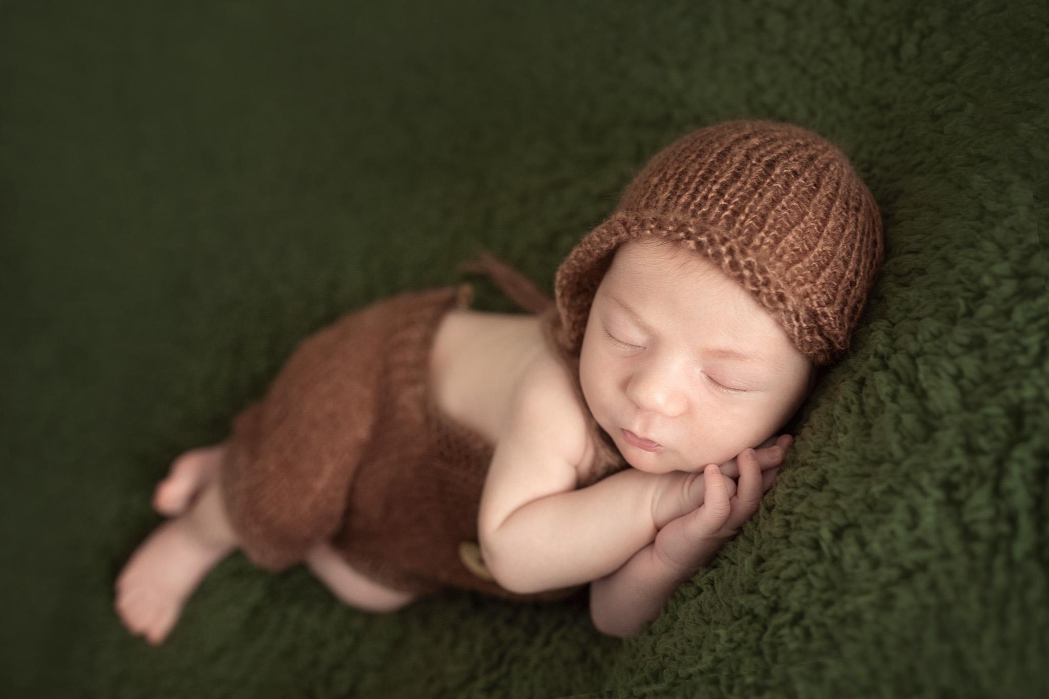 photo artistique nouveau-né bébé endormi vert marron nature garçon lot-et-garonne marmande tonneins virazeil
