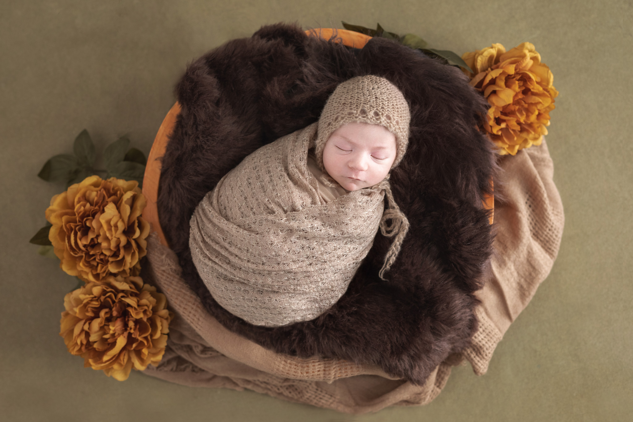 photo artistique bébé nouveau-né lot-et-garonne marmande tonneins virazeil fleurs nature emmailloté