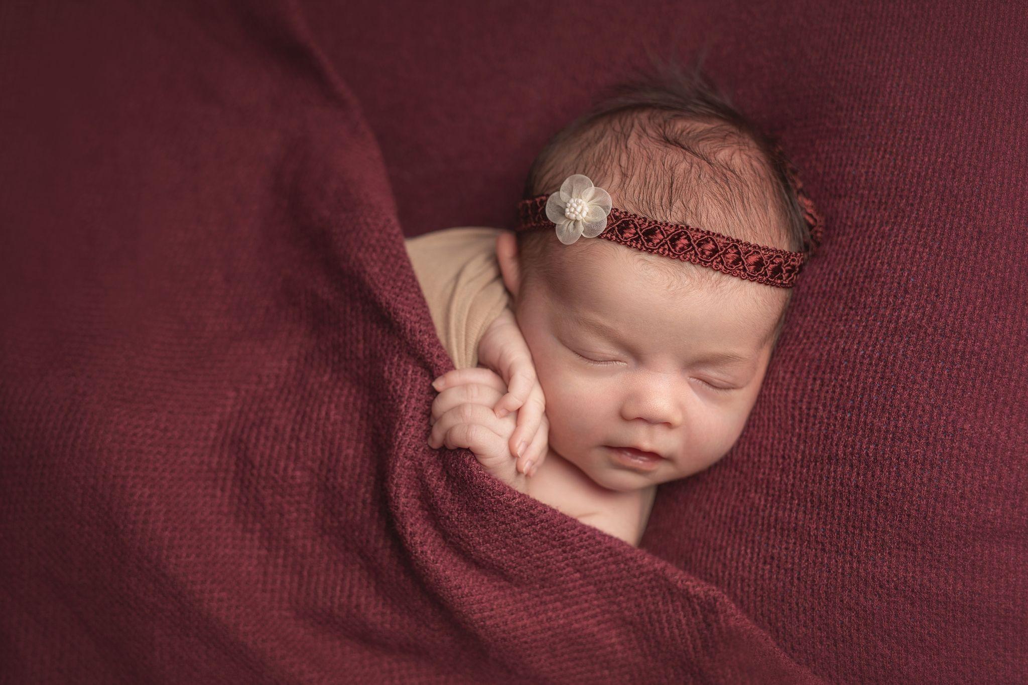 photo artistique nouveau-né bébé drap rouge fille lot-et-garonne marmande tonneins virazeil